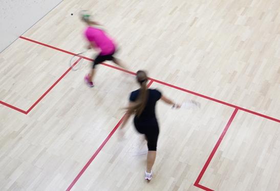 Chicas practicando squash en las instalaciones de Aiguajoc