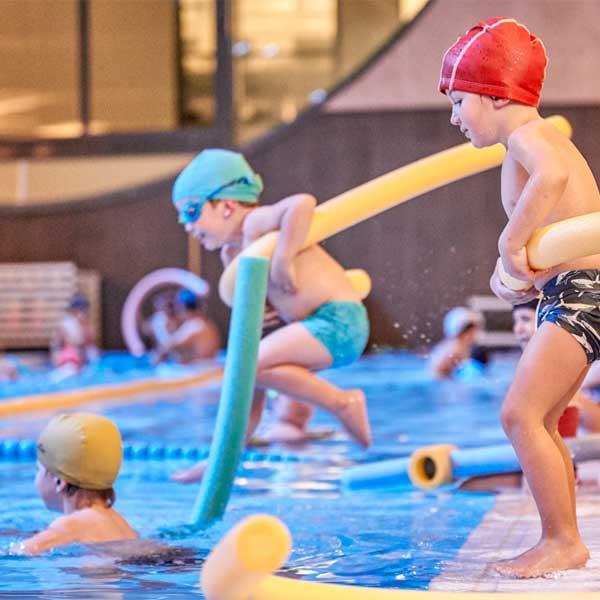 clases natación para niños en aiguajoc